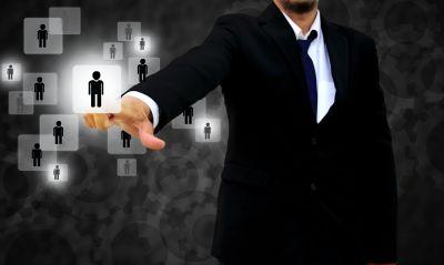 Personalchef wählt Bewerber aus